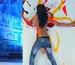 23χρονη ζωγραφίζει χρησιμοποιώντας το γυμνό της στήθος!