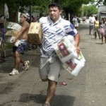 Στην Αργεντινή του τότε, όπως και στην Ελλάδα του τώρα, όλα τα ΜΜΕ διατυμπάνιζαν την «ανάγκη της βοήθειας»